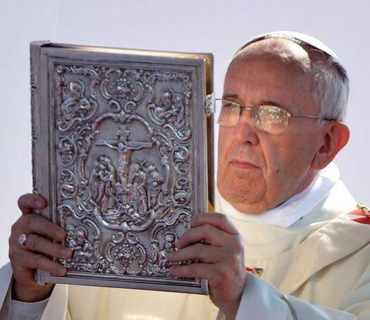 Papa Francesco con evangeliario