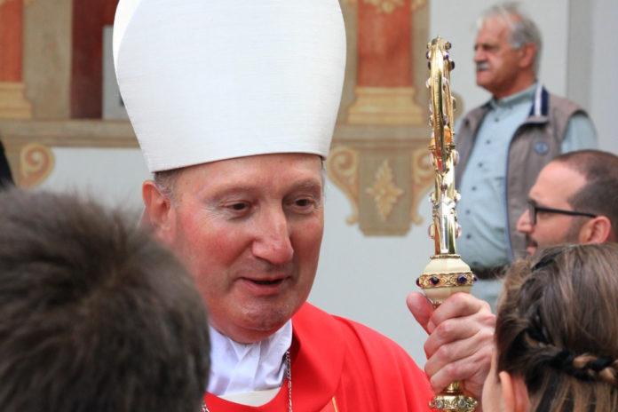 Vescovo Peter Bürcher con cresimandi